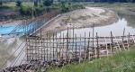 সাপাহারে পূনর্ভবা নদীতে মাছ ধরার জন্য বাঁধ নির্মাণ কাজ চলমান