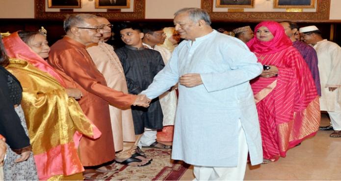 রাষ্ট্রপতি মোঃ আবদুল হামিদ শনিবার ঢাকায় বঙ্গভবনে পবিত্র ঈদুল ফিতর উপলক্ষে বিশিষ্ট ব্যক্তিবর্গের সাথে ঈদের শুভেচ্ছা বিনিময় করেন-এবিনিউজ