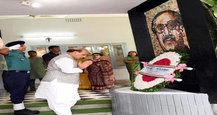 ভারতের স্বরাষ্ট্রমন্ত্রী রাজনাথ সিং রবিবার ধানমন্ডি ৩২ নম্বরে বঙ্গবন্ধুর প্রতিকৃতিতে পুস্পস্তবক অর্পণ করেন-এবিনিউজ