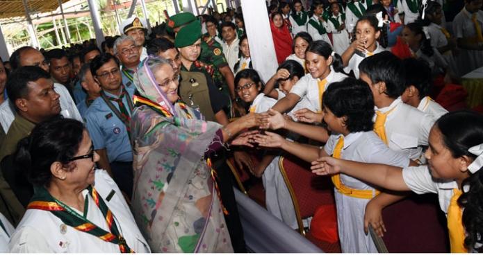 প্রধানমন্ত্রী শেখ হাসিনা রবিবার ঢাকায় গণবভনে শাপলা কাব অ্যাওয়ার্ড বিতরণ অনুষ্ঠানে গার্ল গাইডস্ এসোসিয়েশনের শিশুদের সাথে শুভেচ্ছা বিনিময় করেন-এবিনিউজ