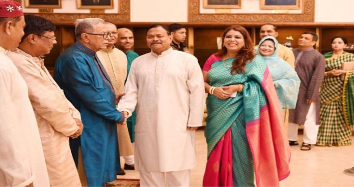 বুধবার ঢাকায় রাষ্ট্রপতি মোঃ আবদুল হামিদ বঙ্গভবনে পবিত্র ঈদুল আযহা উপলক্ষে বিশিষ্ট ব্যক্তিবর্গের সাথে ঈদের শুভেচ্ছা বিনিময় করেন-এবিনিউজ