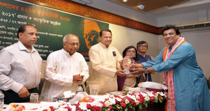 সোমবার ঢাকায় তথ্যমন্ত্রী হাসানুল হক ইনু জাতীয় জাদুঘরে জাতীয় কবি কাজী নজরুল ইসলামের মৃত্যুবার্ষিকী উপলক্ষে আয়োজিত অনুষ্ঠানে 'নজরুল পুস্কার ২০১৭' প্রদান করেন-এবিনিউজ
