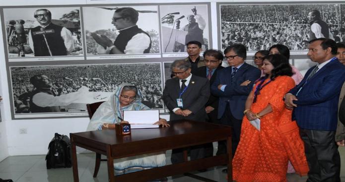 শনিবার প্রধানমন্ত্রী শেখ হাসিনা ঢাকা বিশ্ববিদ্যালয়ে রোকেয়া হলের নবনির্মিত ৭ মার্চ ভবন উদ্বোধন শেষে ভিজিটর বইয়ের স্বাক্ষর করেন-এবিনিউজ