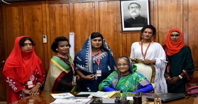 রবিবার ঢাকায় প্রধানমন্ত্রী শেখ হাসিনার সাথে জাতীয় সংসদ ভবনের কার্যালয়ে হিজড়া সম্প্রদায়ের প্রতিনিধিদল সাক্ষাৎ করেন-এবিনিউজ