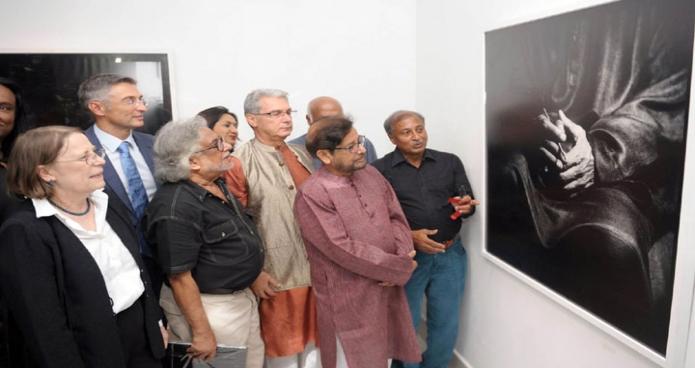 বৃহস্পতিবার ঢাকায় সংস্কৃতিমন্ত্রী আসাদুজ্জামান নূর ধানমন্ডিতে চিত্রশিল্পী নাসির আলী মামুনের  S.M. Sultan-The Cosmic Journey of a Fugitive শীর্ষক ৫৮তম একক আলোচিত্র প্রদর্শনী ঘুরে দেখেন-এবিনিউজ