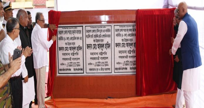 বুধবার রাষ্ট্রপতি মোঃ আবদুল হামিদ নেত্রকোণা জেলায় মুক্তারপাড়া খেলার মাঠে বিভিন্ন স্থাপনার উদ্বোধন করেন-এবিনিউজ