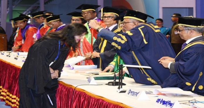 শনিবার রাষ্ট্রপতি মোঃ আবদুল হামিদ ঢাকা বিশ্ববিদ্যালয়ের খেলার মাঠে বিশ্ববিদ্যালয়ের ৫১তম সমাবর্তন অনুষ্ঠানে স্বর্ণপদকপ্রাপ্তদের পদক প্রদান করেন-এবিনিউজ
