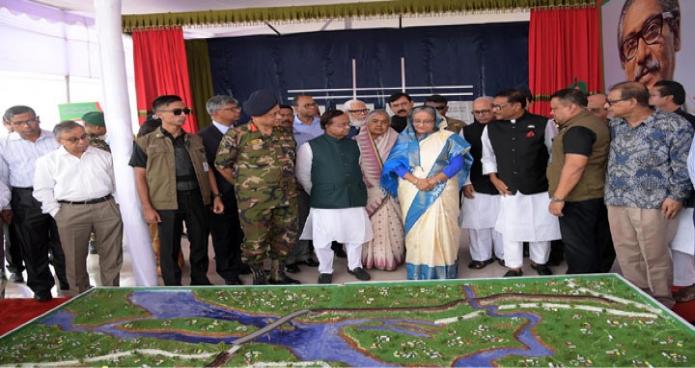 রবিবার প্রধানমন্ত্রী শেখ হাসিনাকে রেলমন্ত্রী মো. মুজিবুল হক মুন্সিগঞ্জের মাওয়ায় পদ্মা সেতুর রেলসংযোগ প্রকল্পের মডেল সম্পর্কে অবহিত করেন-এবিনিউজ