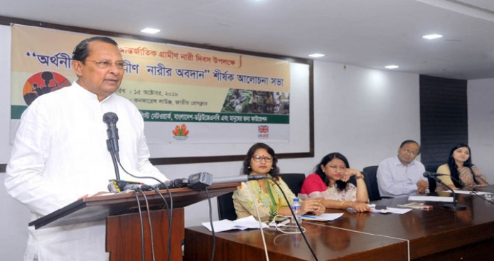 সোমবার ঢাকায় তথ্যমন্ত্রী হাসানুল হক ইনু জাতীয় প্রেসক্লাবে 'গ্রামীণ অর্থনীতিতে নারীর অবদান' শীর্ষক আলোচনা সভায় প্রধান অতিথির বক্তৃতা করেন-এবিনিউজ