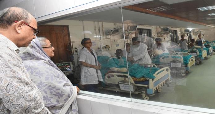 শনিবার প্রধানমন্ত্রী শেখ হাসিনা ঢাকা মেডিকেল কলেজের বার্ণ ইউনিটে চকবাজারে ভয়াবহ অগ্নিকাণ্ডে আহত রোগীদের দেখতে যান ও তাদের চিকিৎসার খোঁজ খবর নেন -পিআইডি