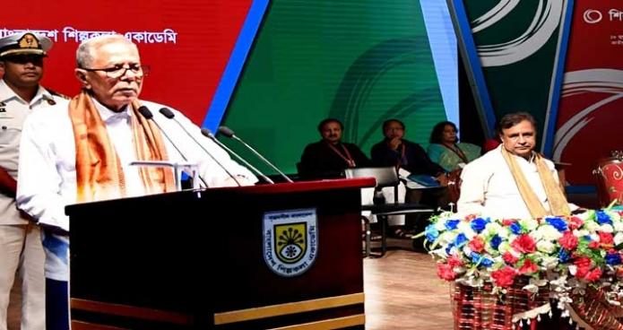 বৃহস্পতিবার রাষ্ট্রপতি মোঃ আবদুল হামিদ ঢাকায় বাংলাদেশ শিল্পকলা একাডেমি মিলনায়তনে 'শিল্পকলা পদক-২০১৮' প্রদান অনুষ্ঠানে ভাষণ দেন -পিআইডি