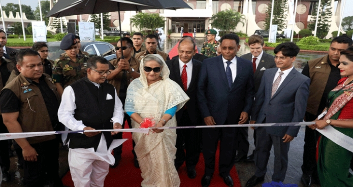 মঙ্গলবার প্রধানমন্ত্রী শেখ হাসিনা ঢাকায় হযরত শাহজালাল আন্তর্জাতিক বিমানবন্দরে বিমান বাংলাদেশ এয়ারলাইন্সের চতুর্থ ড্রিমলাইনার 'রাজহংস'-এর উদ্বোধন করেন -পিআইডি
