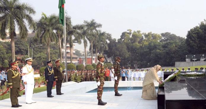 বৃহস্পতিবার প্রধানমন্ত্রী শেখ হাসিনা সশস্ত্রবাহিনী দিবস উপলক্ষে ঢাকা সেনানিবাসে শিখা অনির্বাণে পুস্পস্তবক অর্পণ করেন -পিআইডি