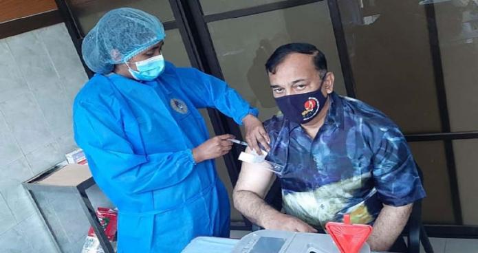 শনিবার পানিসম্পদ প্রতিমন্ত্রী জাহিদ ফারুক ঢাকায় সামরিক হাসপাতালে কোভিড-১৯ টিকার দ্বিতীয় ডোজ গ্রহণ করেন -পিআইডি