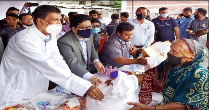 শনিবার জনপ্রশাসন প্রতিমন্ত্রী ফরহাদ হোসেন রাজধানীর বনানীতে দুঃস্থ জনগোষ্ঠোর মাঝে খাদ্য বিতরণ করেন -পিআইডি