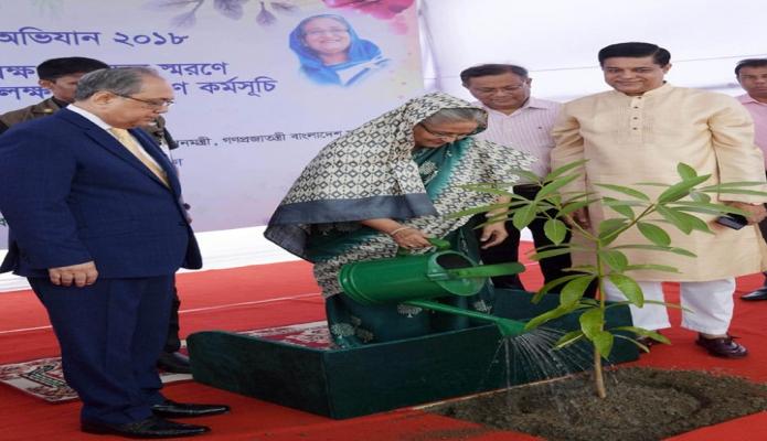 প্রধানমন্ত্রী শেখ হাসিনা বুধবার ঢাকায় বাণিজ্য মেলার মাঠে আয়োজিত বৃক্ষমেলা প্রাঙ্গণে কাঁঠাল গাছের চারা রোপণ করেন-এবিনিউজ