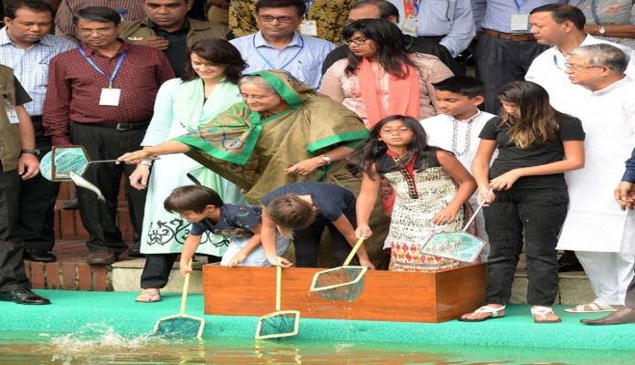 প্রধানমন্ত্রী শেখ হাসিনা সোমবার গণভবনের লেকে জাতীয় মৎস্য সপ্তাহ ২০১৮ উদ্যাপন উপলক্ষে পোনামাছ অবমুক্ত করেন-এবিনিউজ