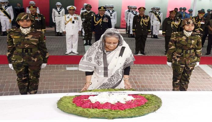 বুধবার ঢাকায় প্রধানমন্ত্রী শেখ হাসিনা জাতীয় শোক দিবসে টুঙ্গিপাড়ায় জাতির পিতা বঙ্গবন্ধু শেখ মুজিবুর রহমানের মাজারে পুষ্পস্তবক অর্পণ করেন-এবিনিউজ