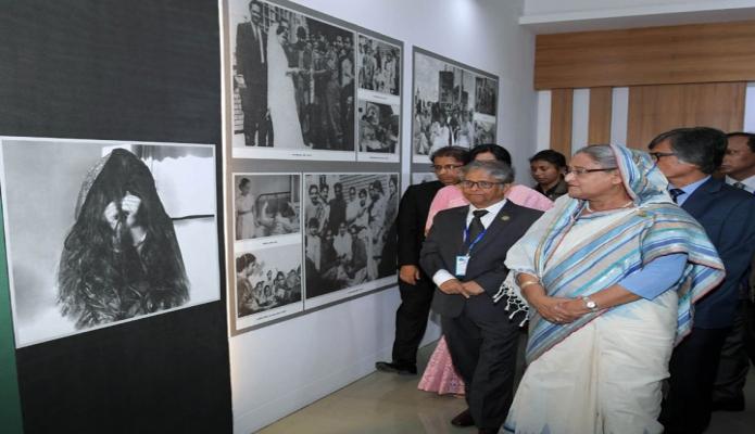 শনিবার প্রধানমন্ত্রী শেখ হাসিনা ঢাকা বিশ্ববিদ্যালয়ে রোকেয়া হলের নবনির্মিত ৭ মার্চ ভবন উদ্বোধন শেষে ৭ মার্চ জাদুঘর পরিদর্শন করেন-এবিনিউজ