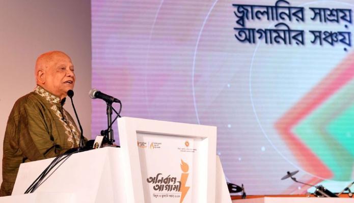 শনিবার ঢাকায় অর্থমন্ত্রী আবুল মাল আবদুল মুহিত ইন্টারন্যাশনাল কনভেনশন সিটি বসুন্ধরায় তিনটি ব্যাপি 'বিদ্যুৎ ও জ্বালানি সপ্তাহ-২০১৮' এর সমপনী  অনুষ্ঠানে বক্তৃতা করেন-এবিনিউজ