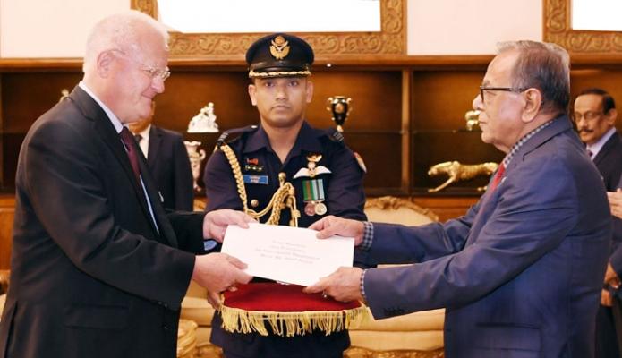বুধবার ঢাকায় রাষ্ট্রপতি মোঃ আবদুল হামিদের কাছে বঙ্গভবনে জার্মানীর নবনিযুক্ত রাষ্ট্রদূত 'পিটার ফারেনহোলৎজ' তাঁর পরিচয়পত্র পেশ করেন-এবিনিউজ