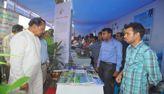 শনিবার তথ্যমন্ত্রী হাসানুল হক ইনু শেরেবাংলা নগরে আয়োজিত ৪র্থ জাতীয় উন্নয়ন মেলার তৃতীয় দিনে মেলার বিভিন্ন স্টল পরিদর্শন করেন-এবিনিউজ