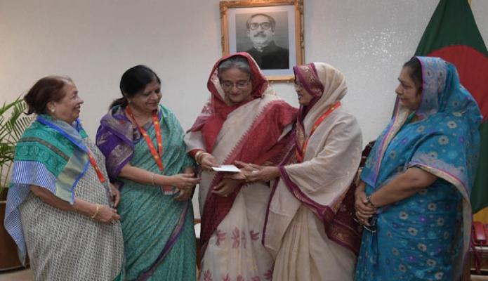 বুধবার ঢাকায় প্রধানমন্ত্রী শেখ হাসিনা তাঁর কার্যালয়ে একটি প্রতিষ্ঠানের অনুকূলে অনুদানের চেক প্রদান করেন-এবিনিউজ