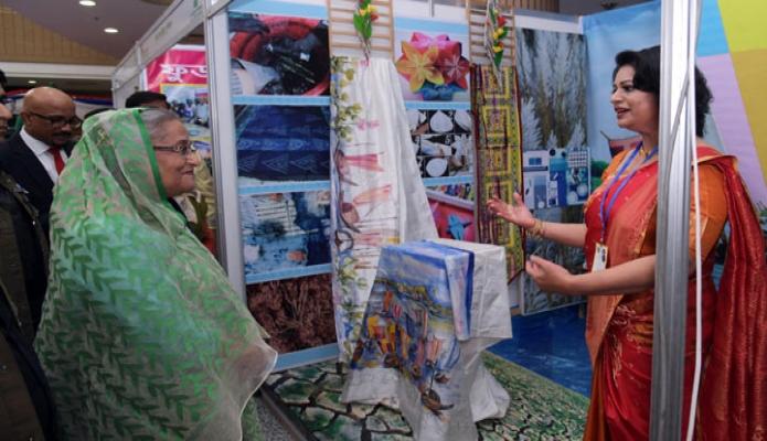 বৃহস্পতিবার ঢাকায় প্রধানমন্ত্রী শেখ হাসিনা বঙ্গবন্ধু আন্তর্জাতিক সম্মেলন কেন্দ্রে জাতীয় যুব দিবসের অনুষ্ঠানে যুবদের স্টল পরিদর্শন করেন-এবিনিউজ