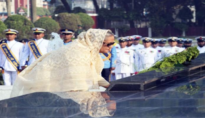 বুধবার প্রধানমন্ত্রী শেখ হাসিনা সশস্ত্রবাহিনী দিবস উপলক্ষে ঢাকা সেনানিবাসের শিখা অর্নিবাণে পুস্পস্তবক অর্পণ করেন-এবিনিউজ