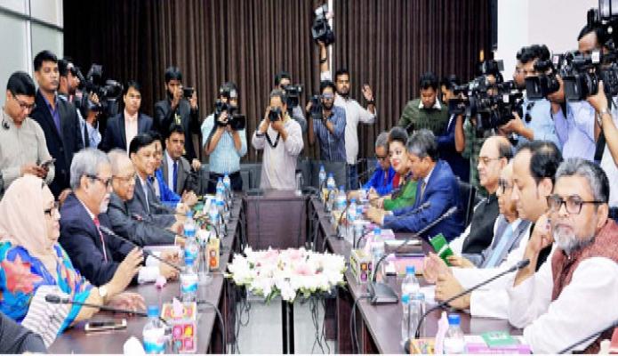 রবিবার ঢাকায় প্রধান নির্বাচন কমিশনার কে এম নূরুল হুদার সাথে নির্বাচন কমিশন সচিবালয়ে প্রধানমন্ত্রীর রাজনৈতিক উপদেষ্টা এইচ টি ইমামের নেতৃত্বে প্রতিনিধিদল বৈঠক করে-এবিনিউজ