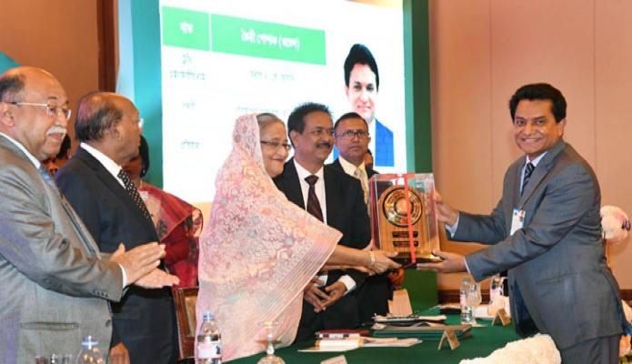 রবিবার ঢাকায় প্রধানমন্ত্রী শেখ হাসিনা প্যান প্যানসিফিন সোনারগাঁও হোটেলে আয়োজিত অনুষ্ঠানে জাতীয় রপ্তানি ট্রফি ২০১৫-১৬ প্রদান করেন-এবিনিউজ