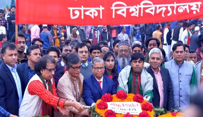 রবিবার ঢাকা বিশ্ববিদ্যালয় ভাইস চ্যান্সেলর প্রফেসর ড. মো. আখতারুজ্জামান মহান দিজয় দিবসে সাভার জাতীয় স্মৃতিসৌধে পুষ্পস্তবক অর্পণ করেন -পিআইডি
