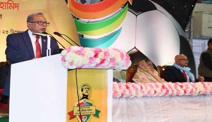 রবিবার রাষ্ট্রপতি মোঃ আবদুল হামিদ ঢাকায় বঙ্গবন্ধু জাতীয় স্টেডিয়ামে 'জাতির পিতা বঙ্গবন্ধু শেখ মুজিবুর রহমান জাতীয় গোল্ডকাপ ফুটবল টুর্নামেন্ট (অনূধর্ব-১৭) ২০১৮ এর ফাইনাল খেলা ও ট্রফি বিতরণ অনুষ্ঠানে ভাষণ দেন -পিআইডি