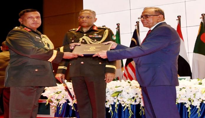 রবিবার রাষ্ট্রপতি মোঃ আবদুল হামিদ ঢাকায় মিরপুর সেনানিবাসে শেখ হাসিনা কমপ্লেক্সে ন্যাশনাল ডিফেন্স কোর্স ২০১৮ সমাপ্তকারী কর্মকর্তাদের সনদ প্রদান করেন -পিআইডি