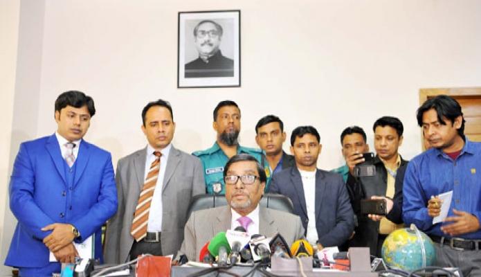 বুধবার কমিশনার মাহবুব তালুকদার ঢাকায় নির্বাচন কমিশন ভবনে নিজ অফিসকক্ষে সাংবাদিকদের ব্রিফ করেন -পিআইডি