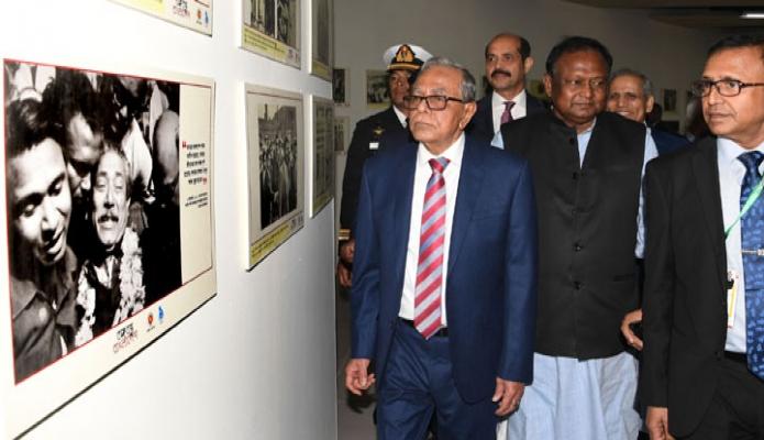 বুধবার রাষ্ট্রপতি মোঃ আবদুল হামিদ বঙ্গবন্ধু আন্তর্জাতিক সম্মেলন কেন্দ্রে ২৪তম ঢাকা আন্তর্জাতিক বাণিজ্য মেলা (ডিআইটিএফ)-২০১৯ উদ্বোধন শেষে বিভিন্ন স্টল ও প্যাভিলিয়ন পরিদর্শন করেন -পিআইডি