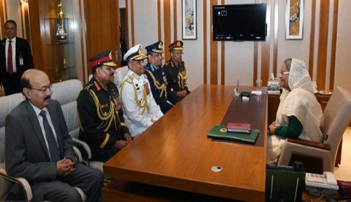 রবিবার প্রধানমন্ত্রী শেখ হাসিনার সাথে ঢাকা সেনানিবাসে তাঁর কার্যালয়ে সেনা, নৌ ও বিমানবাহিনীর প্রধান এবং প্রিন্সিপাল স্টাফ অফিসার সাক্ষাৎ করেন -পিআইডি