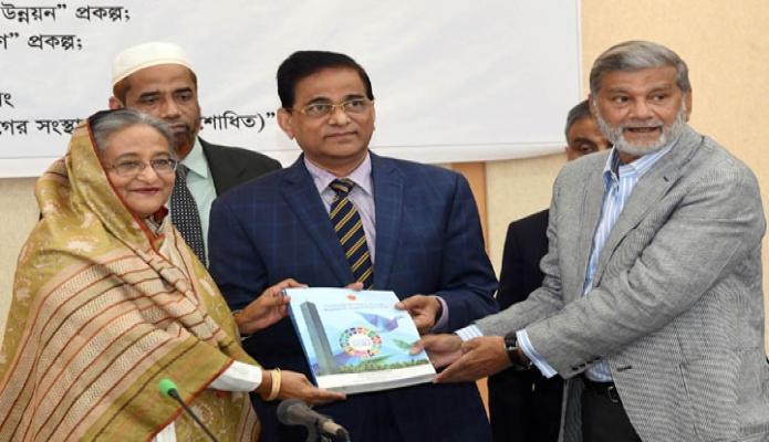 মঙ্গলবার প্রধানমন্ত্রী শেখ হাসিনাকে ঢাকায় শেরেবাংলা নগরে এনইসি সম্মেলনকক্ষে  Sustainable Development Goals Bangladesh Report 2018 প্রদান করেন পরিকল্পনা মন্ত্রী এম এ মান্নান -পিআইডি