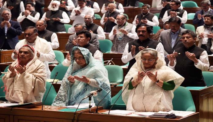 বুধবার প্রধানমন্ত্রী শেখ হাসিনা জাতীয় সংসদের প্রথম অধিবেশনে বিভিন্ন সম্মনিত ব্যক্তির মৃত্যুতে উত্থাপিত শোক প্রস্তাবে মোনাজাত অংশগ্রহণ করেন-