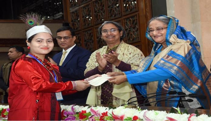বৃহস্পতিবার প্রধানমন্ত্রী শেখ হাসিনা ঢাকায় তাঁর কার্যালয়ে সমতলে বসবাসরত ক্ষুদ্র নৃ-গোষ্ঠার মেধাবী শিক্ষার্থীদের প্রদান করেন -পিআইডি
