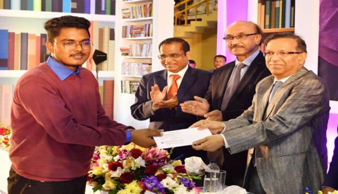 শনিবার আইনমন্ত্রী আনিসুল হক ঢাকায় মিরপুর ইনডোর স্টেডিয়ামে ডাচ-বাংলা ব্যাংক কর্তৃক ২০১৮ সালে এইচএসসি পাশকৃত শিক্ষার্থীদের মাঝে বৃত্তি প্রদান করেন -পিআইডি