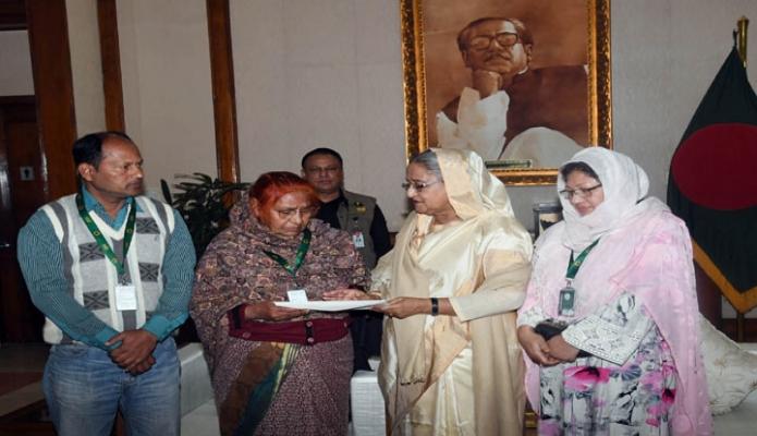 ররিবার প্রধানমন্ত্রী শেখ হাসিনা ঢাকায় গণভবনে কয়েকজন অসুস্থ ব্যক্তি ও তাদের পরিবারকে চিকিৎসার জন্য আর্থিক অনুদান প্রদান করেন -পিআইডি