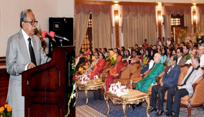 শুক্রবার রাষ্ট্রপতি মোঃ আবদুল হামিদ ঢাকায় বঙ্গবভনের দরবার হলে 'ফাগুন হাওয়ায়' চলচ্চিত্রের বিশেষ প্রদর্শনী অনুষ্ঠানে ভাষণ দেন -পিআইডি