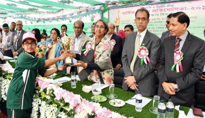 রবিবার শিক্ষামন্ত্রী ডা. দীপু মনি ঢাকায় ইডেন মহিলা কলেজের বার্ষিক ক্রীড়া প্রতিযোগিতা বিজয়ীদের মাঝে পুরস্কার বিতরণ করেন -পিআইডি