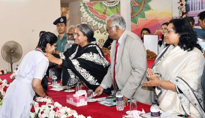 মঙ্গলবার শিক্ষাামন্ত্রী ডা. দীপু মনি ঢাকায় সেন্ট্রাল উইমেন্স কলেজের ছাত্রীদের মাঝে শিক্ষাবৃত্তি ও পদক প্রদান করেন -পিআইডি
