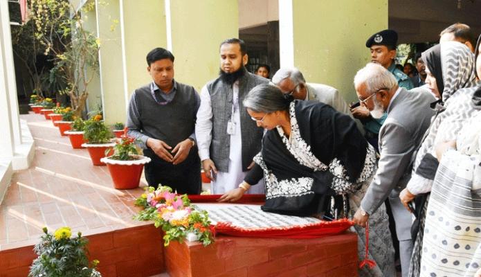 মঙ্গলবার শিক্ষাামন্ত্রী ডা. দীপু মনি ঢাকায় সেন্ট্রাল উইমেন্স কলেজ প্রাঙ্গণে নবনির্মিত শহীদ মিনারের ফলক উন্মোচন করেন -পিআইডি