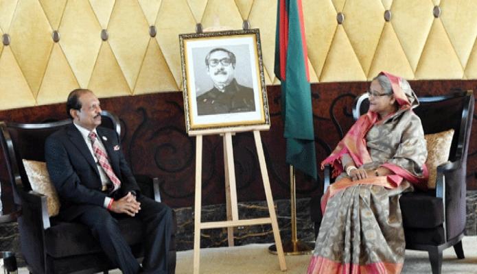 মঙ্গলবার প্রধানমন্ত্রী শেখ হাসিনার সাথে তাঁর আবাসস্থল স্টেট রেজিস আবুধাবি এর মিটিংরুমে লুলু গ্রুপের চেয়ারম্যান ইউসুফ আলী আলী সাক্ষাৎ করেন -পিআইডি