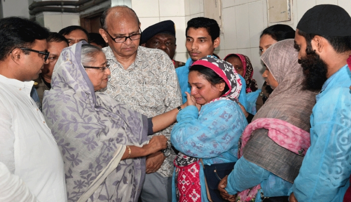 শনিবার প্রধানমন্ত্রী শেখ হাসিনা ঢাকা মেডিকেল কলেজের বার্ণ ইউনিটে চকবাজারে অগ্নিকাণ্ডে আহতদের দেখতে গিয়ে স্বজনদের সান্ত্বনা দেন -পিআইডি
