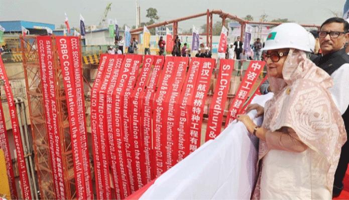 রবিবার প্রধানমন্ত্রী শেখ হাসিনা চট্রগ্রামের পতেঙ্গায় বঙ্গবন্ধু শেখ মুজিবুর রহমান টানেলের বোরিং কার্যক্রম ঘুরে দেখেন -পিআইডি
