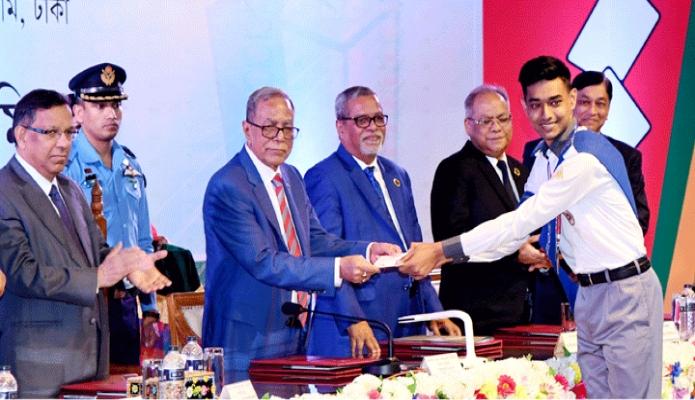 শুক্রবার রাষ্ট্রপতি মোঃ আবদুল হামিদ ঢাকায় নির্বাচন ভবন অডিটোরিয়ামে জাতীয় ভোটার দিবস ২০১৯ অনুষ্ঠানে জাতীয় পরিচয়পত্র প্রদান করেন -পিআইডি